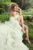 Donna splendida della sposa con le gambe lunghe in un vestito da sposa fertile Fotografia Stock Libera da Diritti