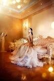 Donna splendida di bellezza in bello vestito da sera nella stanza lussuosa dell'interno di stile Immagini Stock