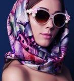 Donna splendida nel retro stile, con la sciarpa di seta elegante Immagine Stock Libera da Diritti