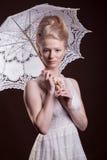 Donna splendida nello stile vittoriano che tiene un ombrello del pizzo in Han Immagini Stock