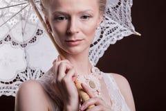 Donna splendida nello stile vittoriano che tiene un ombrello del pizzo in Han Fotografie Stock