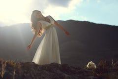 Donna splendida in vestito bianco alla luce di sera Fotografia Stock