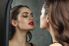Donna splendida vicino allo specchio fotografie stock libere da diritti