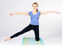 Donna sportiva adorabile che fa allungando esercizio Fotografia Stock