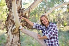 Donna sportiva attiva che allunga natura australiana Immagini Stock Libere da Diritti