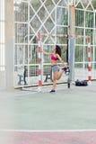 Donna sportiva che allunga le gambe prima dell'allenamento all'aperto del trx Immagini Stock Libere da Diritti
