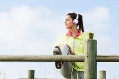 Donna sportiva che allunga per l'allenamento di forma fisica Immagine Stock