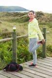 Donna sportiva che allunga per l'esercitazione di forma fisica Fotografia Stock