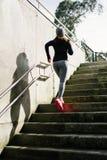 Donna sportiva che corre di sopra nella città Fotografia Stock Libera da Diritti