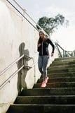 Donna sportiva che corre di sotto nella città Fotografia Stock