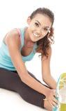 Donna sportiva che fa allungamento del corpo Immagini Stock