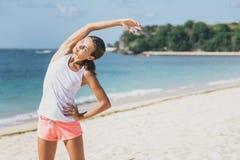 Donna sportiva che fa allungamento del corpo Fotografie Stock