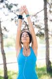 Donna sportiva che fa allungando esercizio all'aperto Fotografie Stock Libere da Diritti