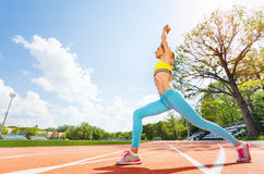 Donna sportiva che fa allungando esercizio di forma fisica Fotografia Stock Libera da Diritti