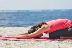 Donna sportiva che fa allungando esercizio di yoga Fotografie Stock