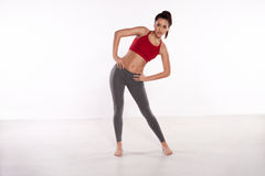 Donna sportiva che fa allungando gli esercizi Immagini Stock