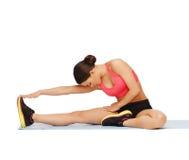 Donna sportiva che fa esercizio sul pavimento Immagini Stock