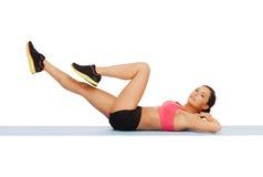 Donna sportiva che fa esercizio sul pavimento Fotografie Stock Libere da Diritti