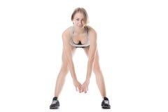 Donna sportiva che fa gli esercizi in avanti di piegamento Immagini Stock Libere da Diritti