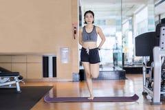 Donna sportiva che fa un allungamento nel centro di forma fisica Immagine Stock Libera da Diritti