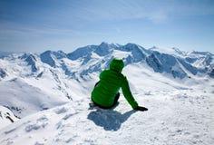 Donna sportiva che guarda per nevicare montagne Fotografie Stock Libere da Diritti