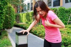 Donna sportiva che ha attacco di cuore - angina pectoris, I del miocardio Immagini Stock Libere da Diritti