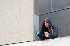 Donna sportiva che manda un sms sullo smartphone dopo l'allenamento urbano Immagini Stock