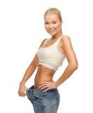 Donna sportiva che mostra i grandi pantaloni Fotografia Stock Libera da Diritti