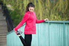 Donna sportiva che prepara per pareggiare Fotografia Stock