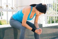 Donna sportiva che riposa dopo avere corso all'aperto immagine stock libera da diritti