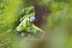 Donna sportiva che risolve nella foresta Immagine Stock Libera da Diritti