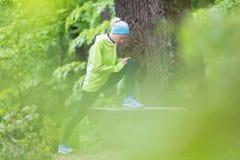 Donna sportiva che risolve nella foresta Fotografie Stock Libere da Diritti