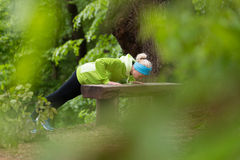 Donna sportiva che risolve nella foresta Immagini Stock Libere da Diritti
