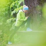 Donna sportiva che risolve nella foresta Fotografia Stock Libera da Diritti