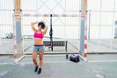 Donna sportiva che si prepara per l'allenamento del trx di forma fisica Immagine Stock