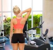 Donna sportiva che tocca il suo collo fotografia stock