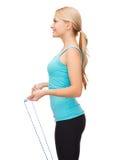 Donna sportiva con con il salto della corda fotografie stock libere da diritti
