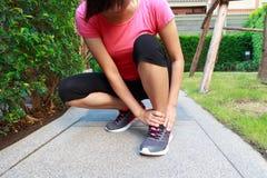 Donna sportiva con la caviglia torta Fotografia Stock Libera da Diritti