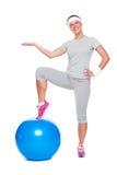 Donna sportiva con la sfera Fotografie Stock Libere da Diritti