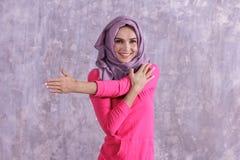 Donna sportiva del bello hijab che fa allungamento del braccio Fotografie Stock