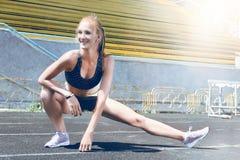 Donna sportiva del corridore di giovane forma fisica Fotografia Stock Libera da Diritti