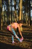 Donna sportiva di forma fisica che allunga le gambe ed esercitazione Fotografie Stock Libere da Diritti