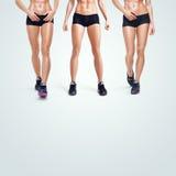 Donna sportiva di forma fisica che cammina sul fondo bianco Fotografia Stock