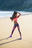 Donna sportiva di forma fisica che si esercita alla spiaggia Fotografia Stock