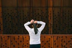 Donna sportiva di forma fisica che si prepara per l'allenamento urbano Immagini Stock Libere da Diritti