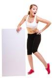 Donna sportiva di forma fisica che tiene banner pubblicitario vuoto in bianco Immagine Stock Libera da Diritti