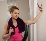Donna sportiva di forma fisica di misura che fa selfie a casa fotografia stock