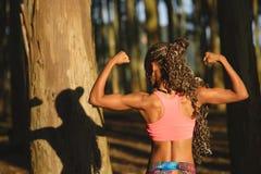 Donna sportiva di forma fisica sull'allenamento sano all'aperto Fotografia Stock Libera da Diritti