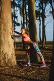 Donna sportiva di forma fisica sull'allenamento sano all'aperto Immagine Stock