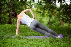 Donna sportiva di misura che si esercita nel parco Fotografia Stock Libera da Diritti